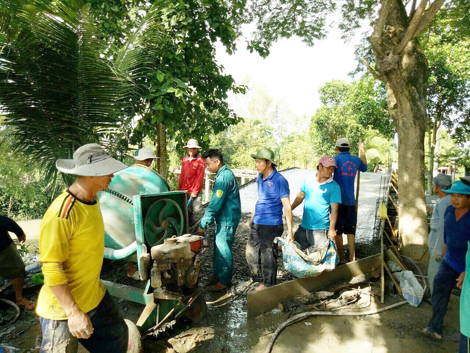 Đoàn viên thanh niên phường Tân Hưng tham gia xây dựng cầu giao thông.