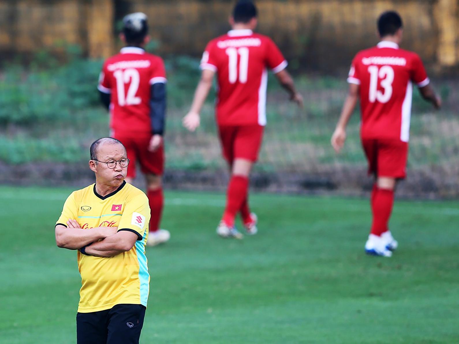 HLV Park Hang-seo tập trung suy tính nhiều việc vì thành công của bóng đá Việt Nam. Ảnh: ANH HUY
