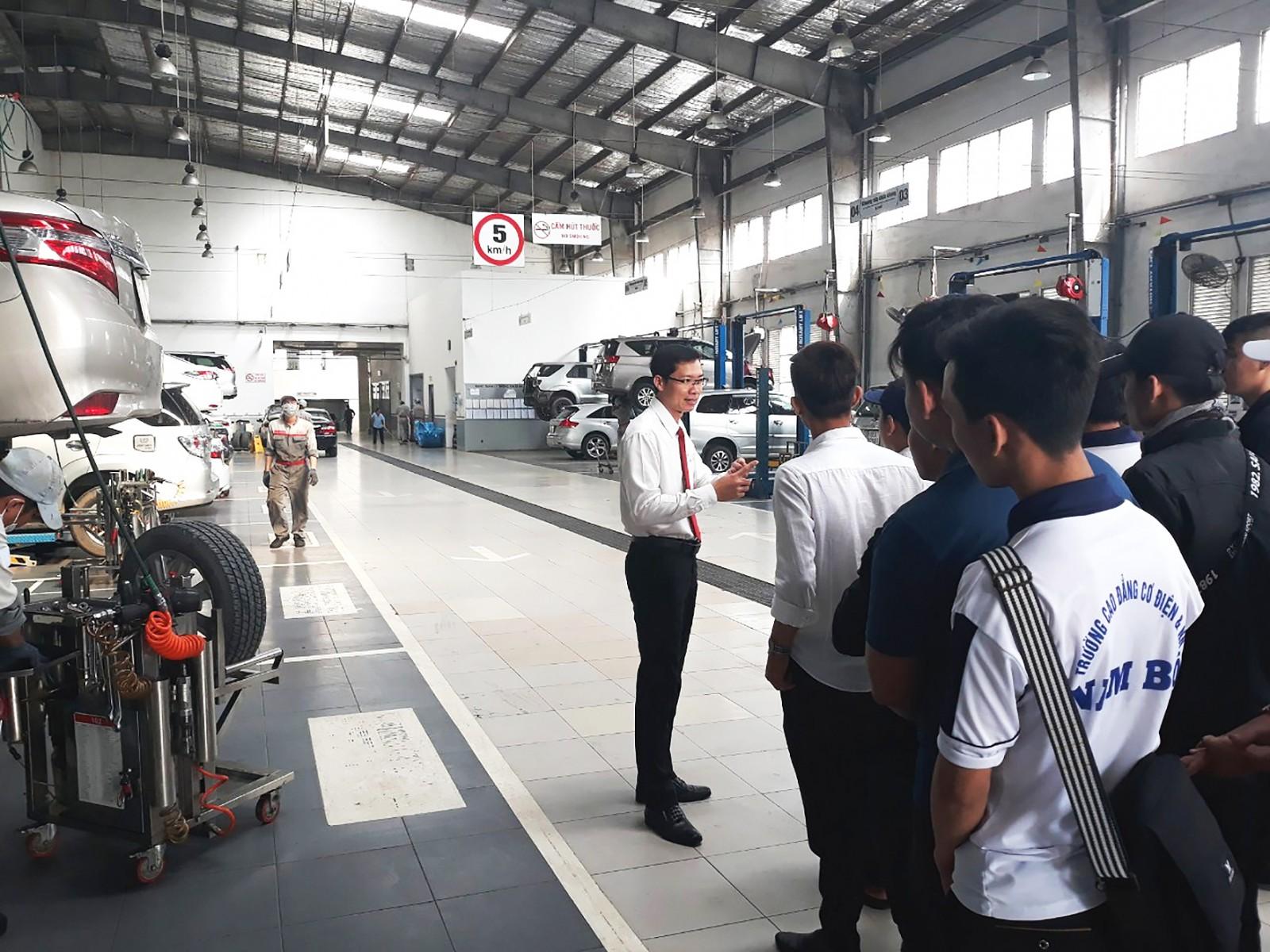 Sinh viên ngành Công nghệ kỹ thuật ô tô, Trường Cao đẳng Cơ điện và Nông nghiệp Nam bộ tham quan, thực hành tại Toyota Cần Thơ.