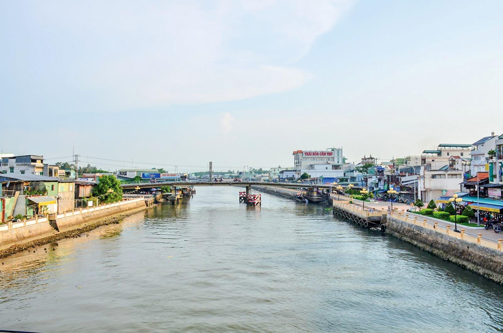 Từ nguồn kinh phí Trung ương và TP Cần Thơ kè chống sạt lở sông Thốt Nốt xây dựng hoàn thành, góp phần chỉnh trang đô thị và ứng phó sạt lở. Ảnh: B.V
