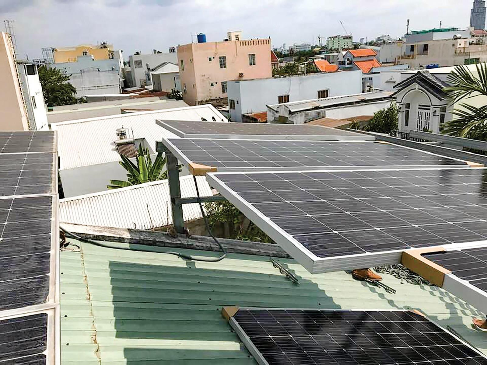 Người dân ĐBSCL bắt đầu sử dụng năng lượng tái tạo cho sinh hoạt, thắp sáng, góp phần bảo vệ môi trường, thích ứng biến đổi khí hậu. Trong ảnh: Hệ thống pin năng lượng mặt trời được lắp đặt trên mái nhà hộ dân. Ảnh: V.T