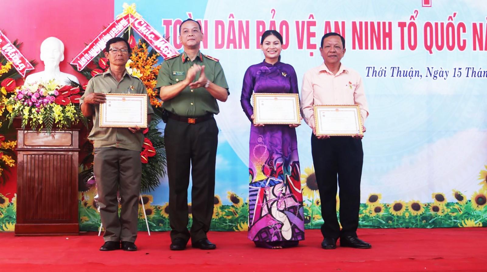 Thiếu tướng Đặng Hoàng Đa, Phó Cục trưởng Cục Xây dựng phong trào TDBVANTQ trao Kỷ niệm chương của Bộ Công an cho các cá nhân có nhiều đóng góp trong giữ gìn an ninh trật tự.