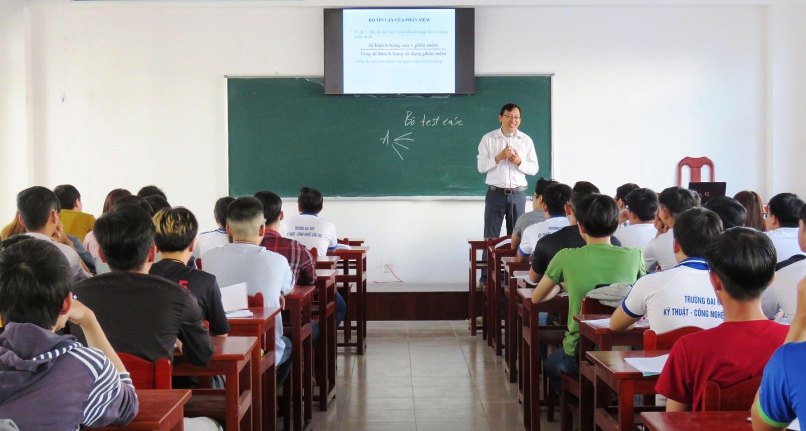 Sinh viên Trường Đại học Kỹ thuật- Công nghệ Cần Thơ trong giờ học.