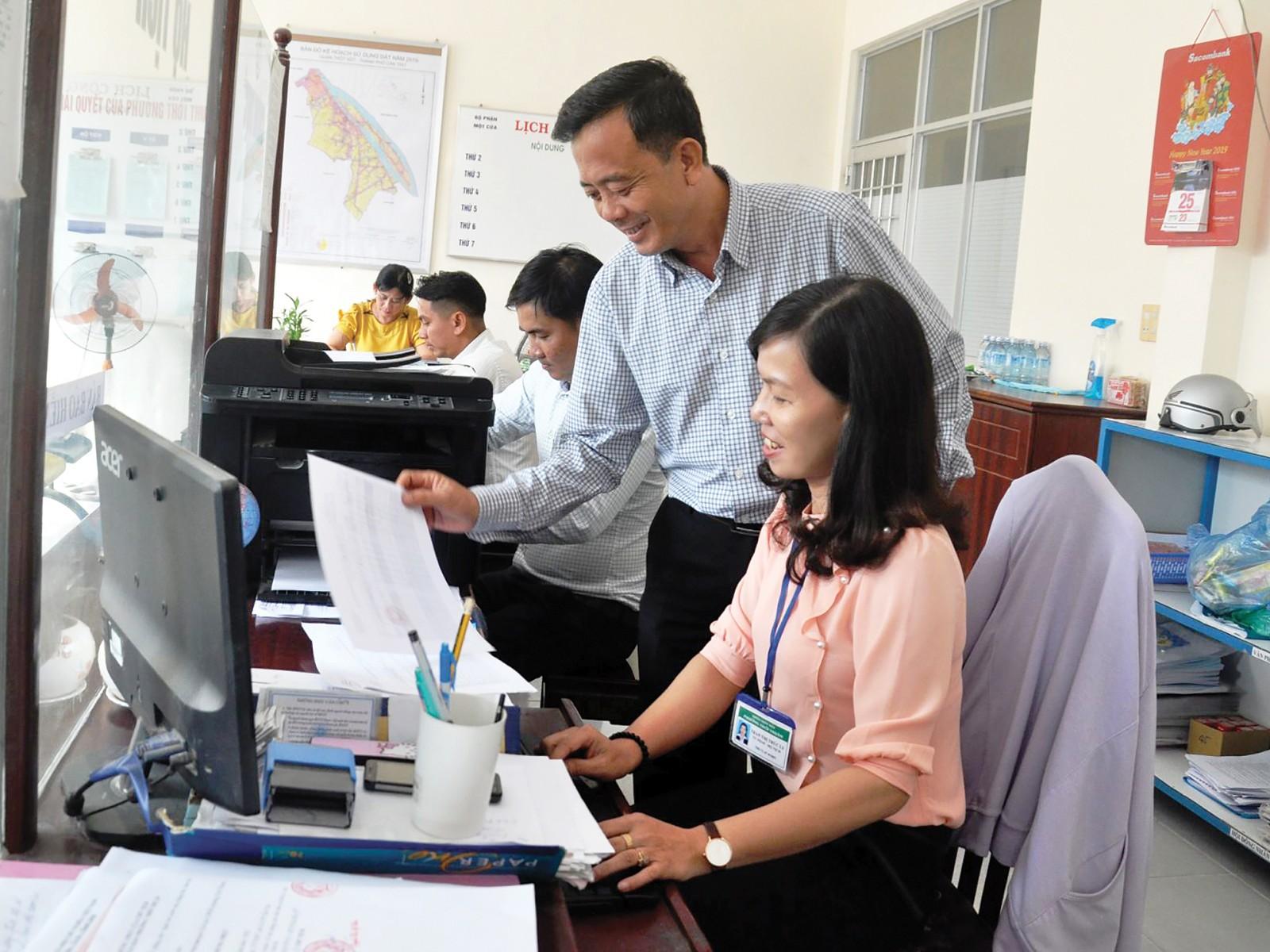 Thường trực Đảng ủy phường Thới Thuận giám sát công chức bộ phận một cửa của phường giải quyết thủ tục hành chính của người dân.