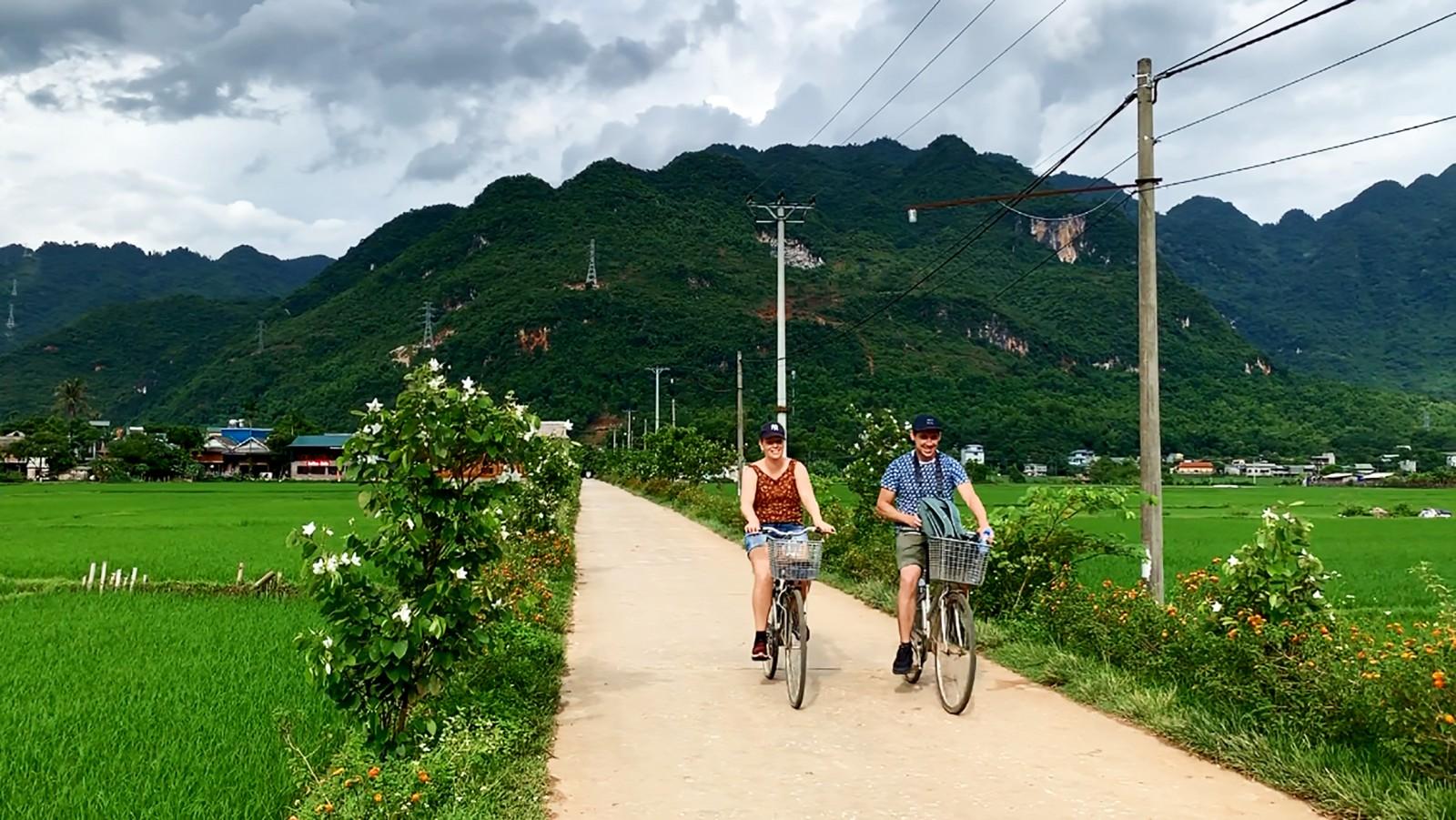 Du khách thường đạp xe quanh các bản làng ở Mai Châu.