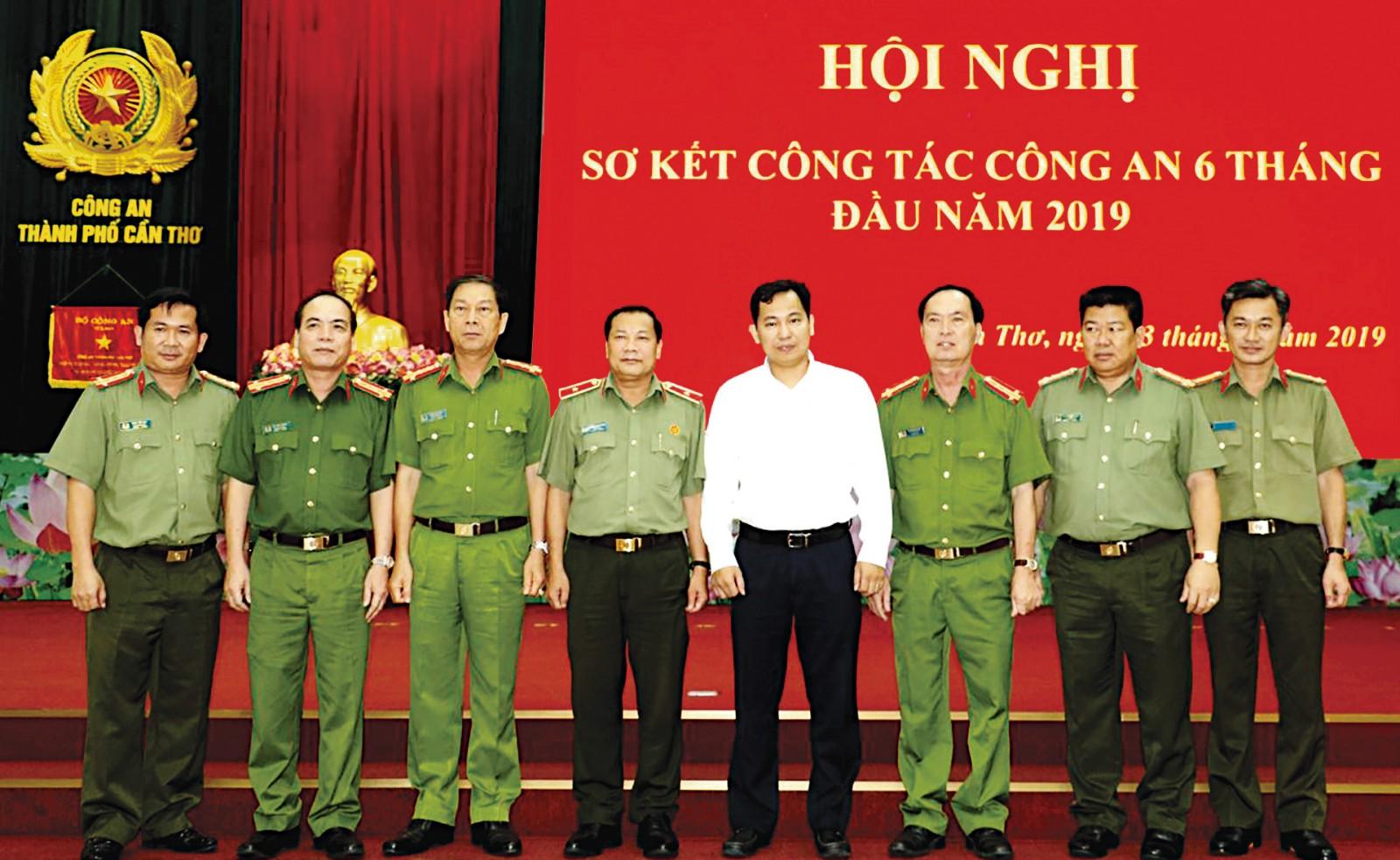 Chủ tịch UBND TP Cần Thơ Lê Quang Mạnh cùng lãnh đạo Công an thành phố tại Hội nghị sơ kết công tác 6 tháng.