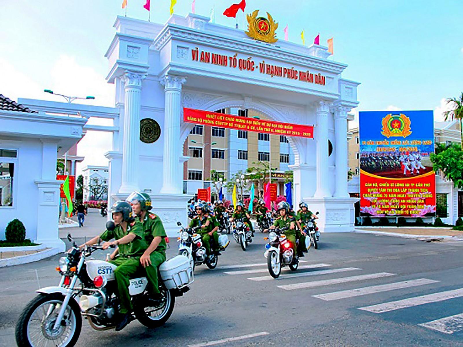 Cán bộ chiến sĩ Công an TP Cần Thơ lên đường tuần tra, giữ gìn bình yên thành phố.