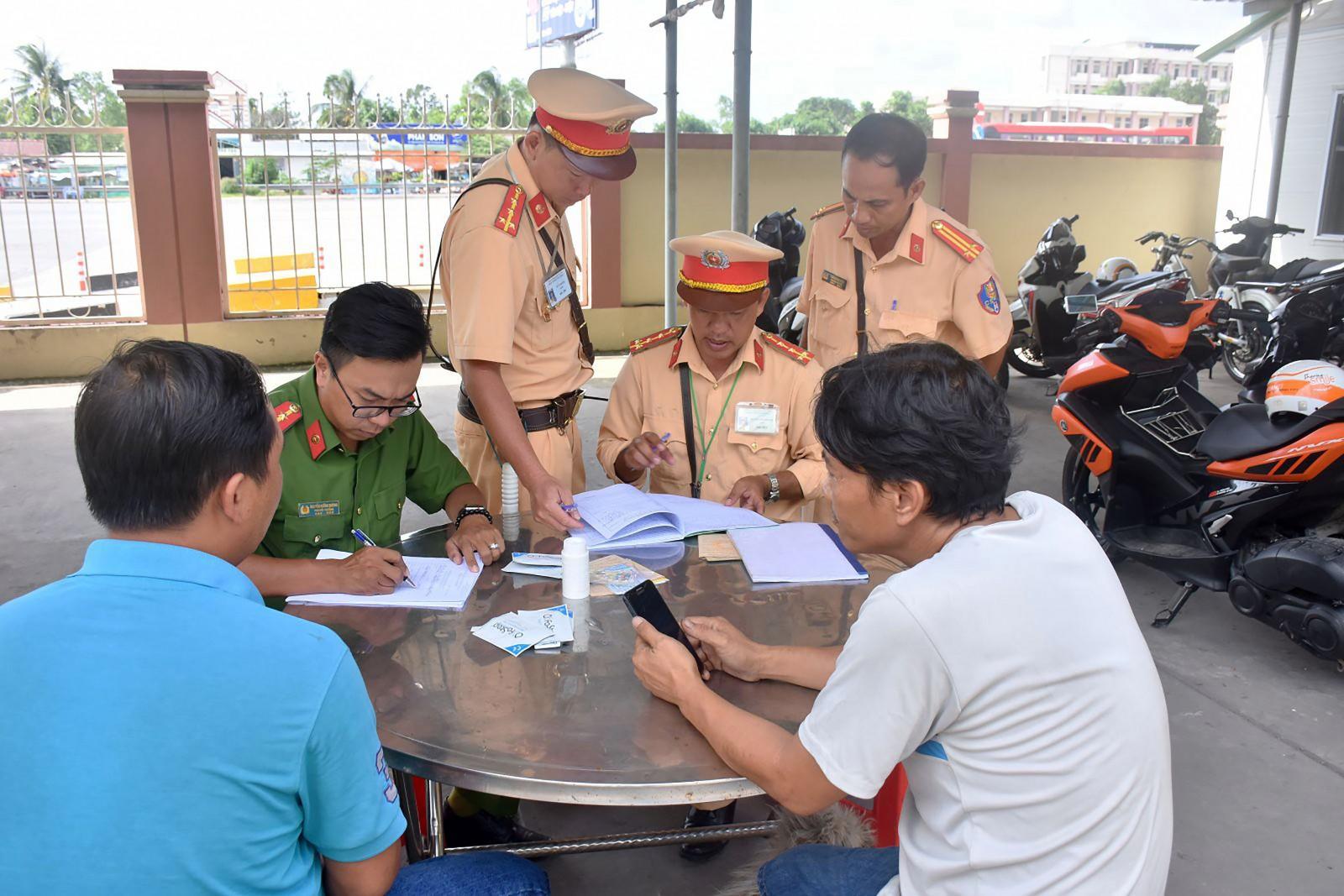 Cảnh sát giao thông Trạm Cửa ô Hưng Phú và Công an quận Cái Răng kiểm tra quy định về nồng độ cồn và ma túy đối với người điều khiển phương tiện lưu thông trên tuyến đường dẫn cầu Cần Thơ.
