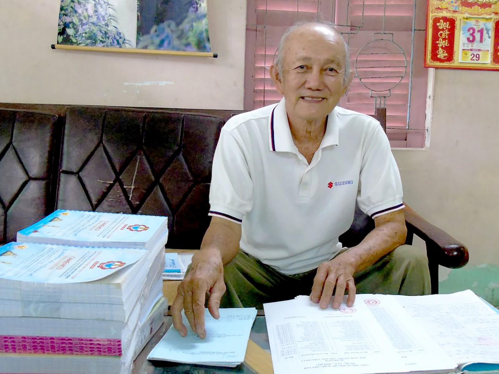 Ông Nam kiểm tra danh sách, chuẩn bị tặng tập cho các cháu nhân dịp khai giảng năm học mới.