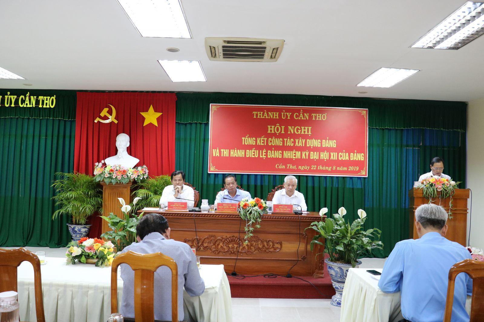 Các đại biểu lãnh đạo Thành ủy Cần Thơ chủ trì hội nghị. Ảnh: Q. THÁI