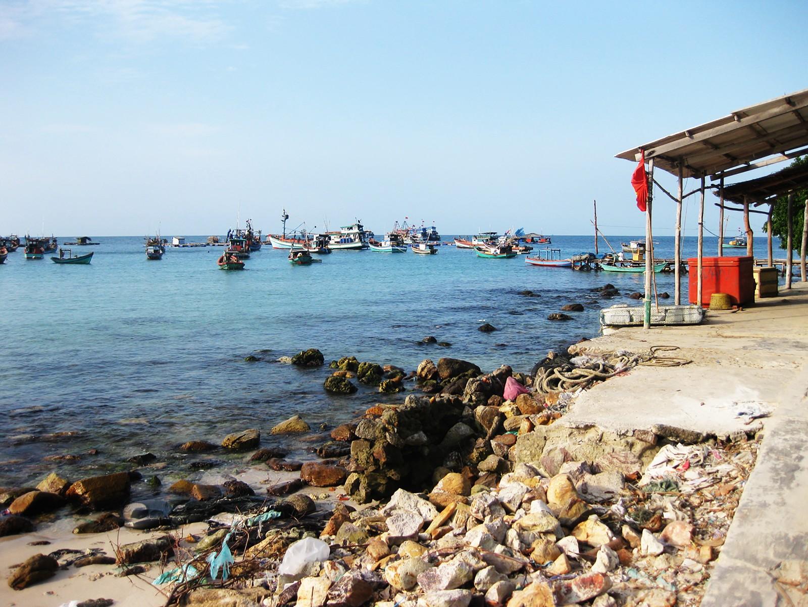 Bãi Nam - hòn Mấu, nơi có nhiều tàu bè neo đậu.