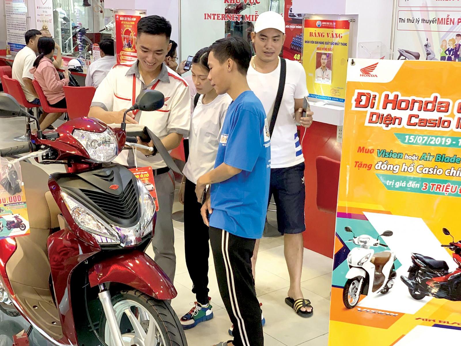 Khách hàng xem xe tại HEAD Hồng Đức 1, quận Ninh Kiều.