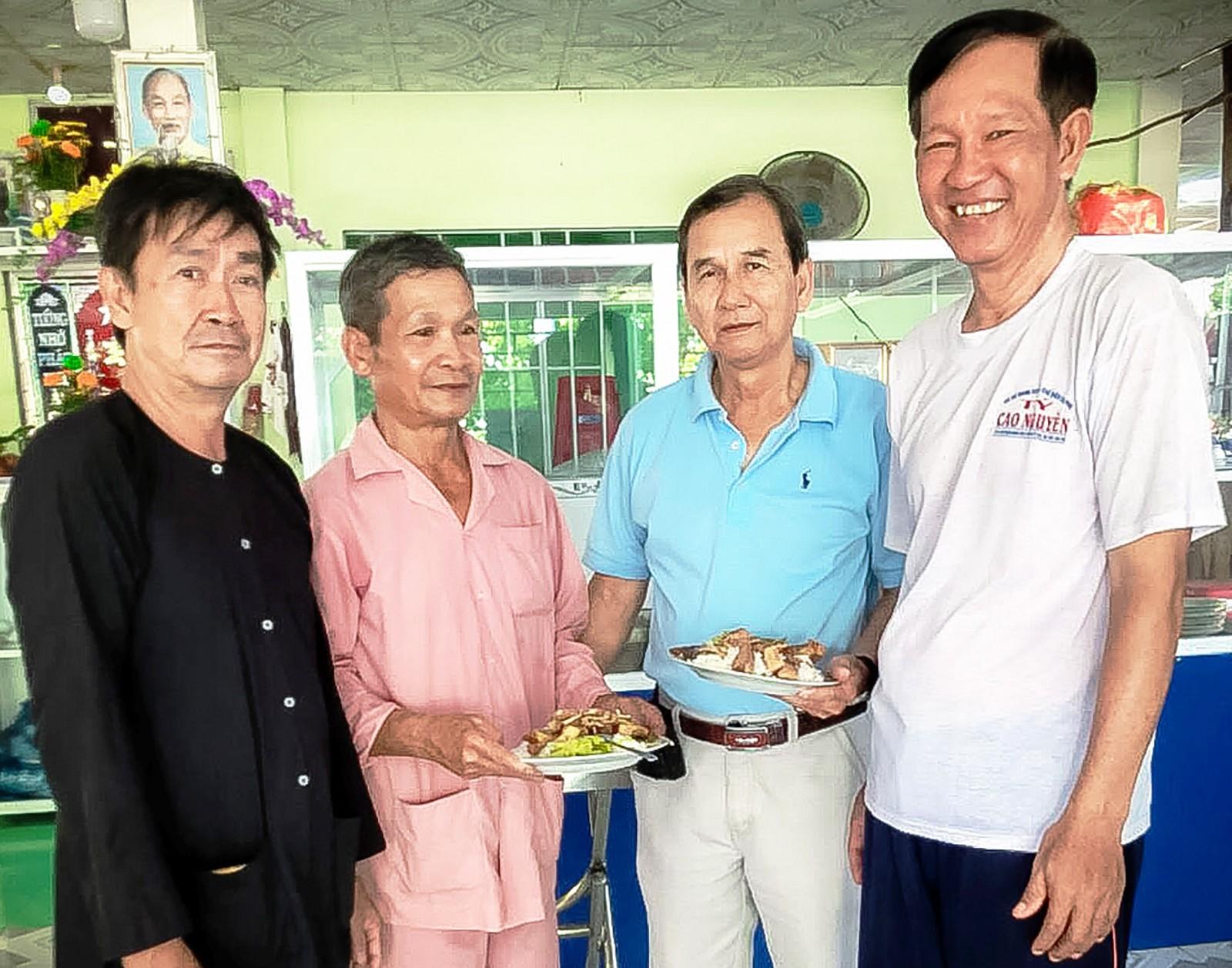 Ông Ba Lý (thứ hai, từ phải sang) cùng những người bạn ở Nhà ăn tình thương.
