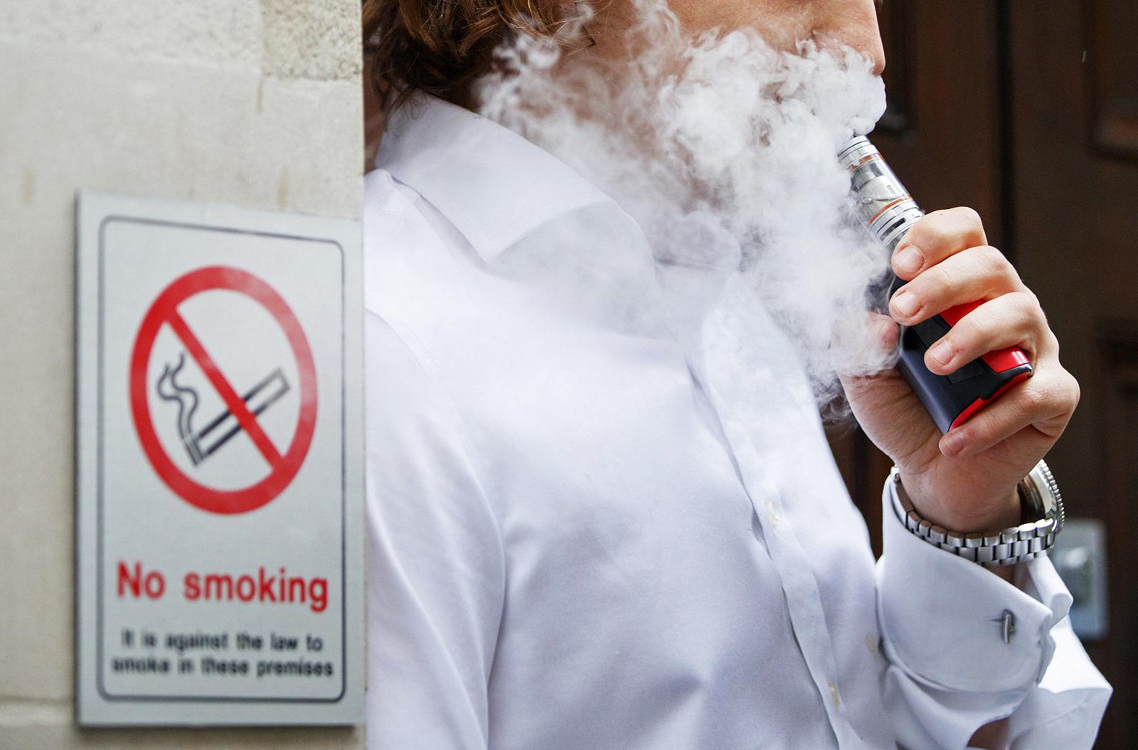 Thuốc lá điện tử không an toàn như nhiều người vẫn nghĩ. Ảnh: AFP