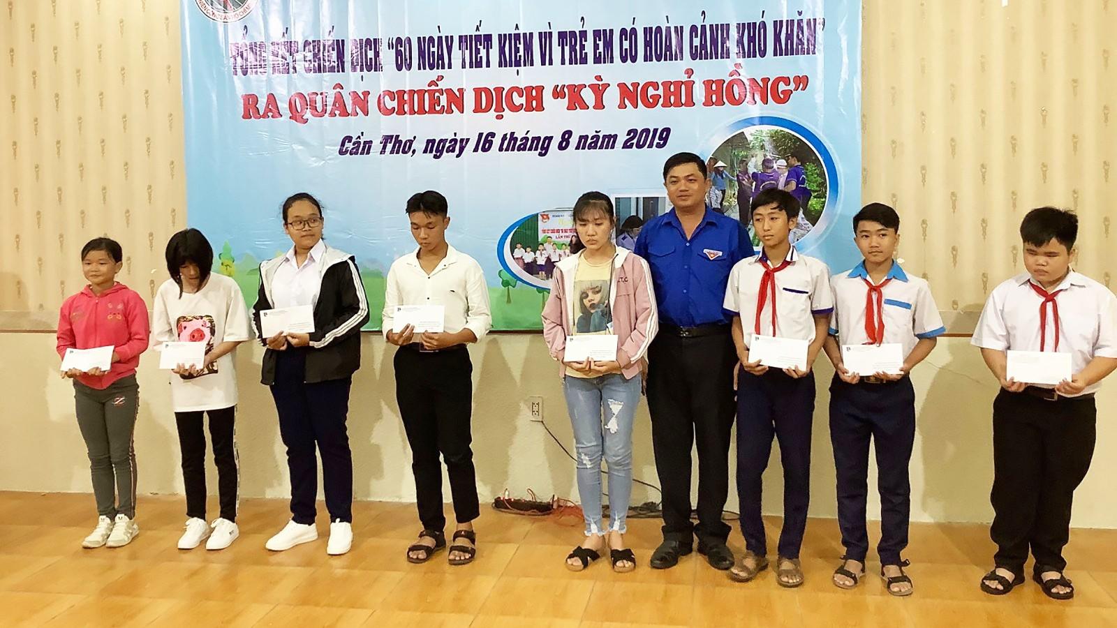 Anh Trần Văn Thống, Bí thư Đoàn khối Doanh nghiệp TP Cần Thơ, trao học bổng cho học sinh nhân dịp năm học mới 2019-2020.