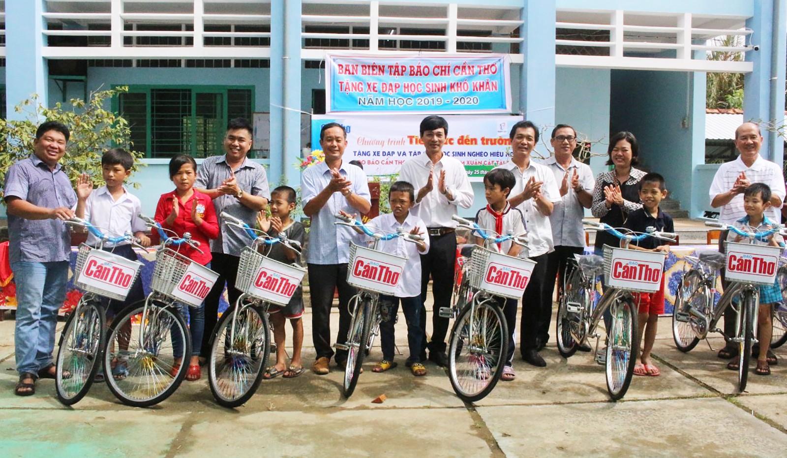 Báo Cần Thơ và nhà hảo tâm tặng xe đạp cho học sinh nghèo Trường Tiểu học Ngãi Tứ A.