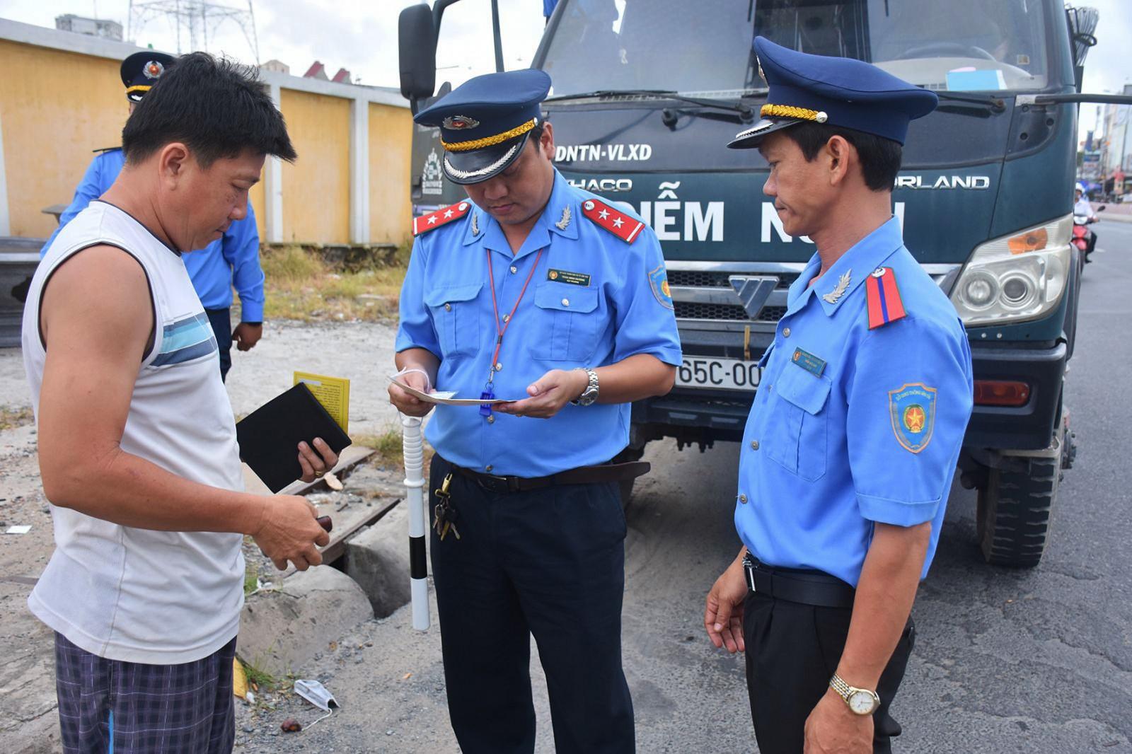 Thanh tra Sở GTVT TP Cần Thơ kiểm tra vi phạm hành chính đối với lái xe ô tô trên đường Nguyễn Văn Linh, thuộc quận Ninh Kiều.