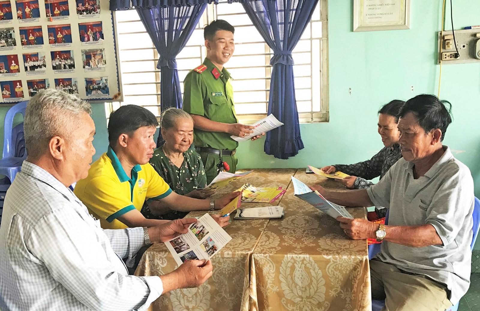 Công an phường Hưng Lợi tuyên truyền, vận động người dân chấp hành quy định địa phương, xây dựng đời sống văn hóa.