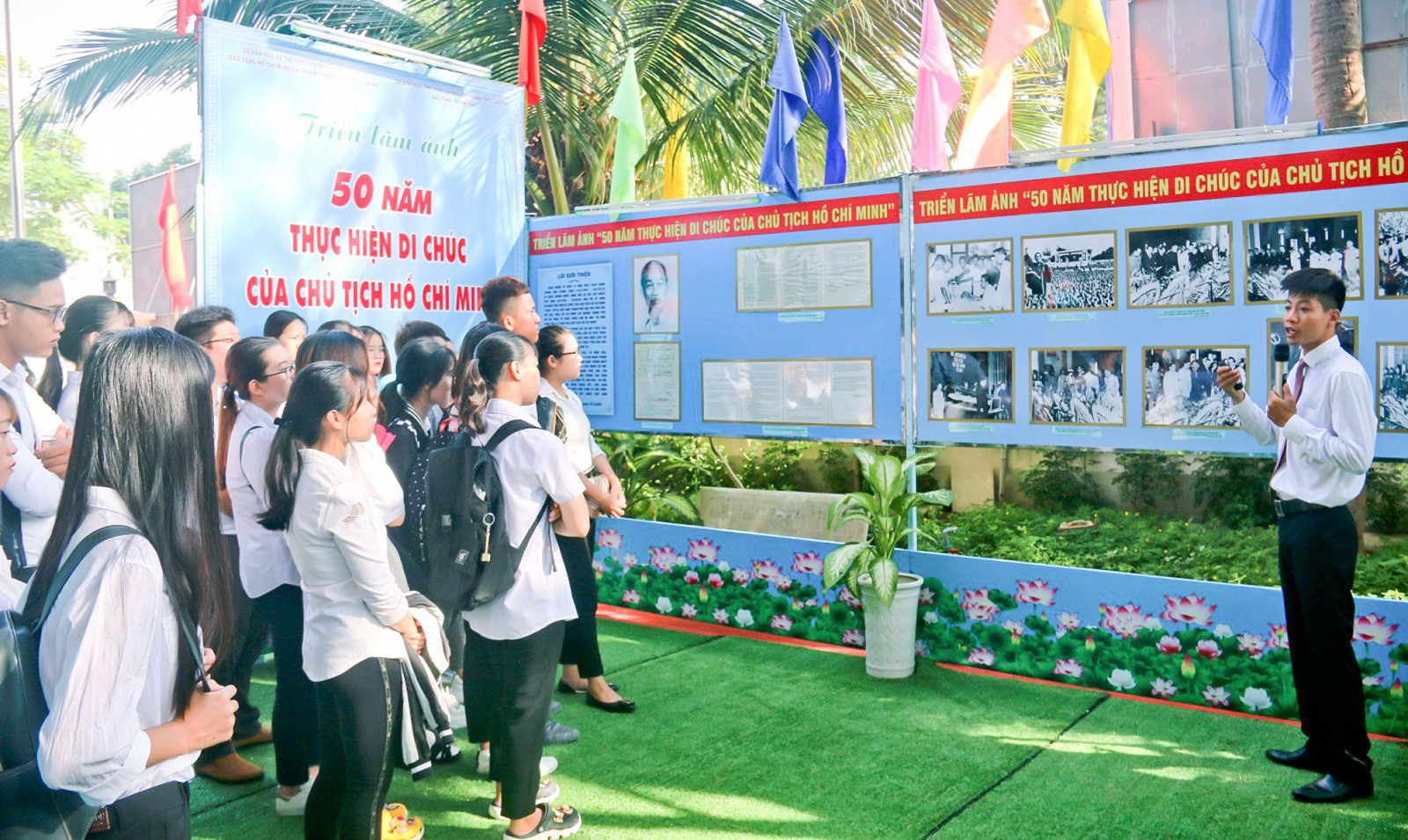 """Đông đảo tuổi trẻ đến xem triển lãm """"50 năm thực hiện Di chúc của Chủ tịch Hồ Chí Minh""""."""