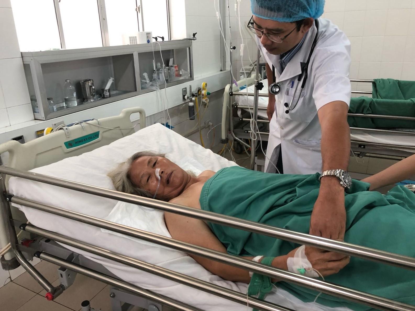 Các thầy thuốc chạy đua với thời gian cứu sống bà Nguyễn Thị Dữ.