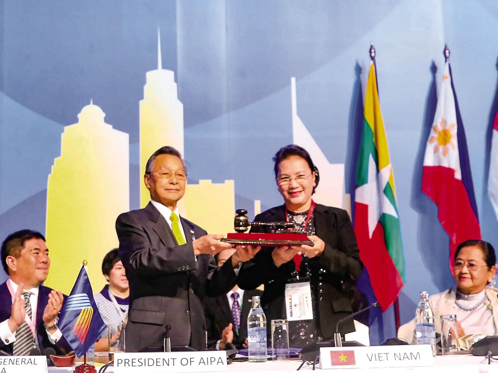 Ông Chuan Leekpai, Chủ tịch Hạ viện Vương quốc Thái Lan, Chủ tịch AIPA 40, trao búa danh dự của AIPA cho Chủ tịch Quốc hội Nguyễn Thị Kim Ngân. Ảnh: TRỌNG ĐỨC (TTXVN)