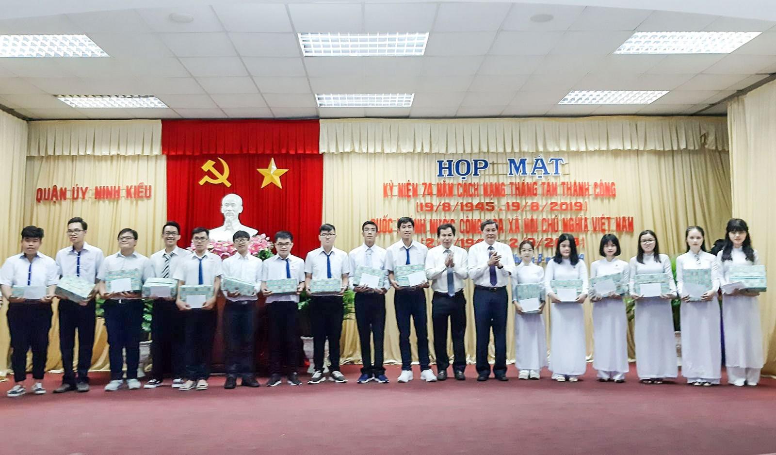 Đồng chí Phạm Văn Hiểu và đồng chí Lê Quang Mạnh trao quà cho các em đậu thủ khoa các trường đại học. Ảnh: Ngọc Quyên