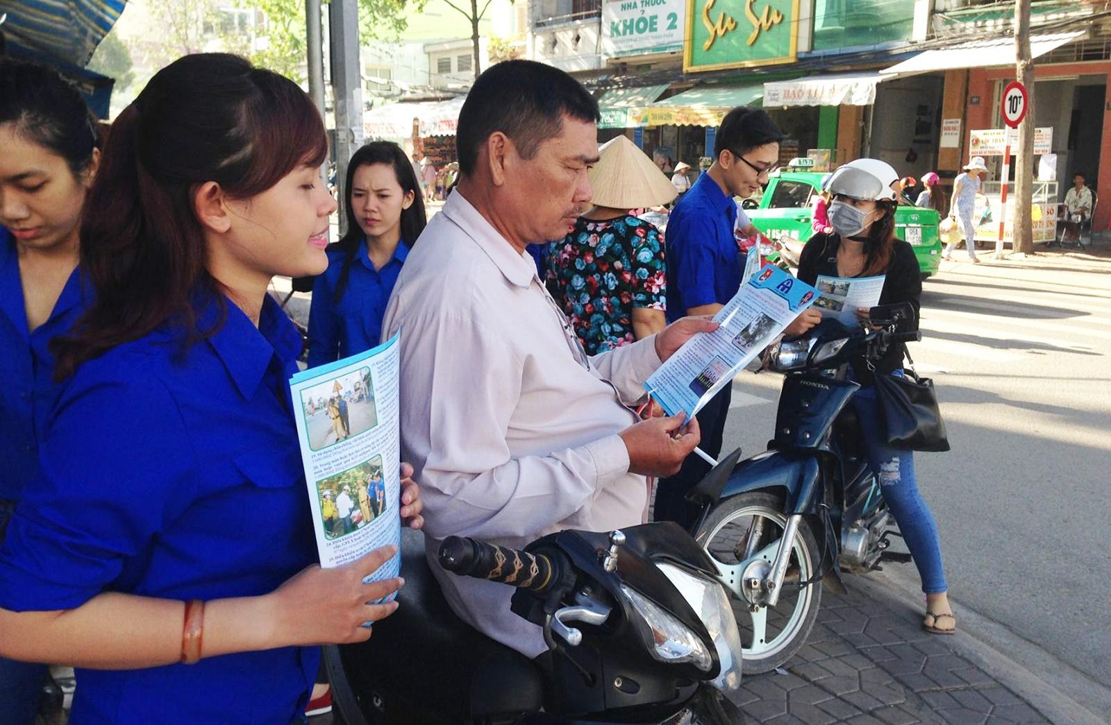 Đoàn viên, thanh niên quận Ninh Kiều phát tờ bướm tuyên truyền về văn hóa giao thông cho người tham gia giao thông.