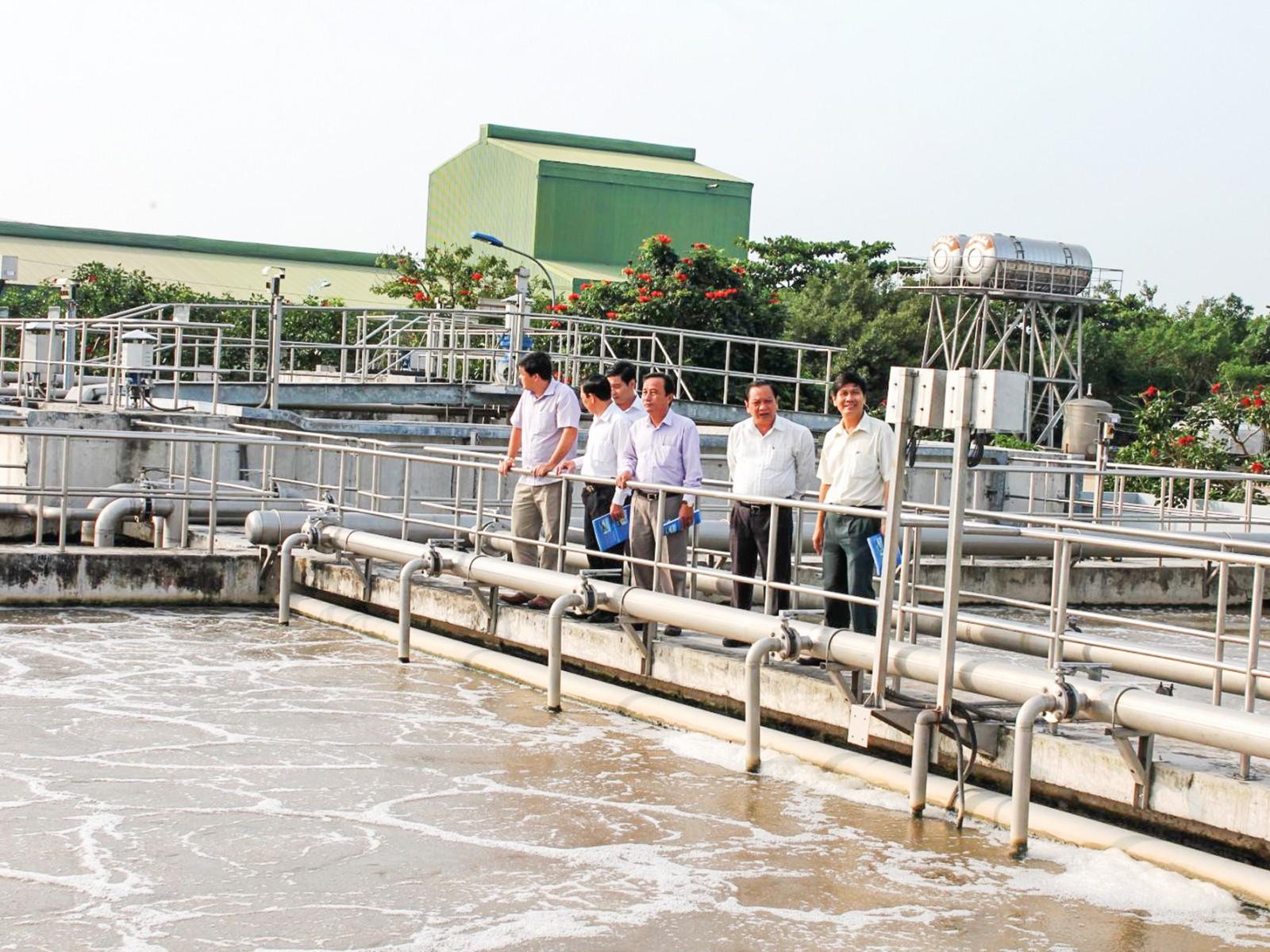 Hoạt động xử lý nước thải tại Nhà máy xử lý nước thải tập trung ở Khu Công nghiệp Thốt Nốt, quận Thốt Nốt, TP Cần Thơ.