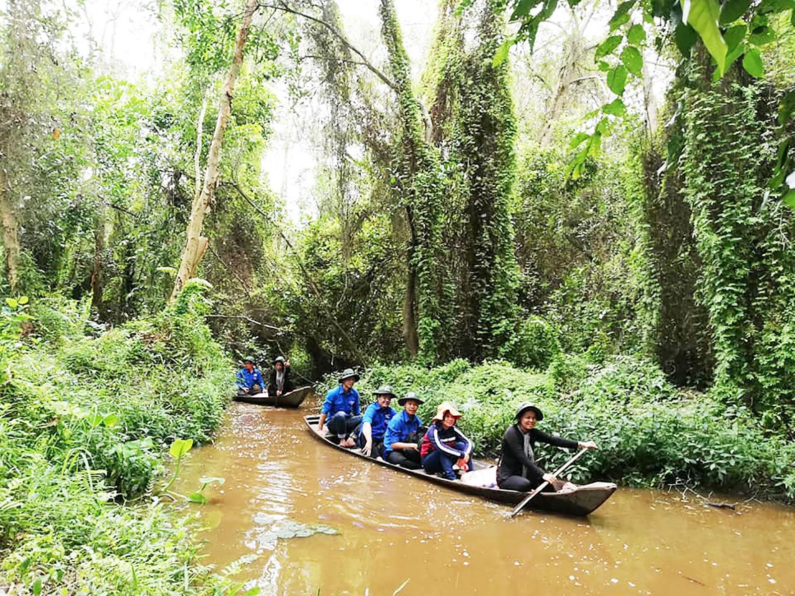 Khách tham quan Khu di tích Xẻo Quýt, tỉnh Đồng Tháp.