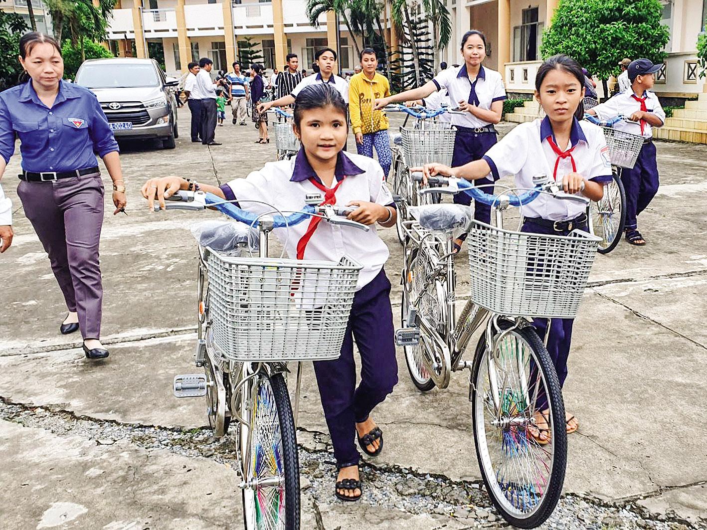 Học sinh khó khăn ở huyện Thới Lai vui mừng khi có xe đạp mới.