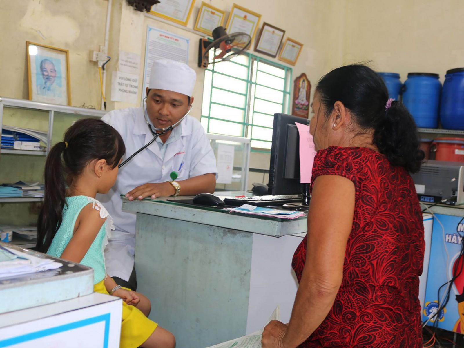 Bác sĩ gia đình Bùi Trần Trí Sỹ khám bệnh cho trẻ tại Trạm y tế phường Tân Hưng, quận Thốt Nốt, TP Cần Thơ.