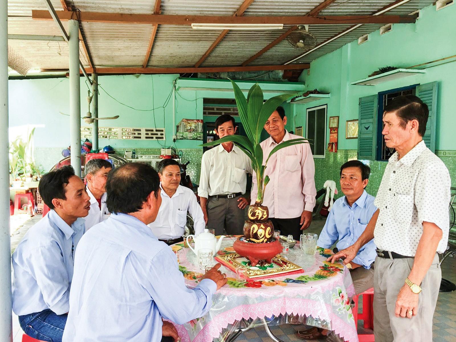 Cây dừa kiểng của ông Đức được giới thiệu với các CCB xã Hòa Tịnh.