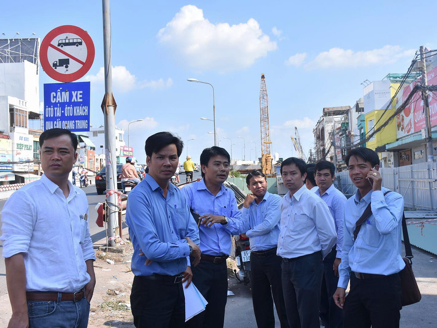 Ông Lê Tiến Dũng, Giám đốc Sở GTVT TP Cần Thơ (thứ 3, từ phải sang) cùng lãnh đạo các ngành chức năng và quận Ninh Kiều kiểm tra giải pháp bảo đảm ATGT khu vực thi công công trình cầu Quang Trung (đơn nguyên 2).