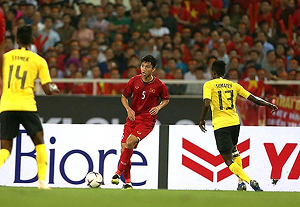 Văn Hậu (số 5) mới 20 tuổi đã rất xuất sắc trong màu áo các đội tuyển Việt Nam. Ảnh: ANH HUY