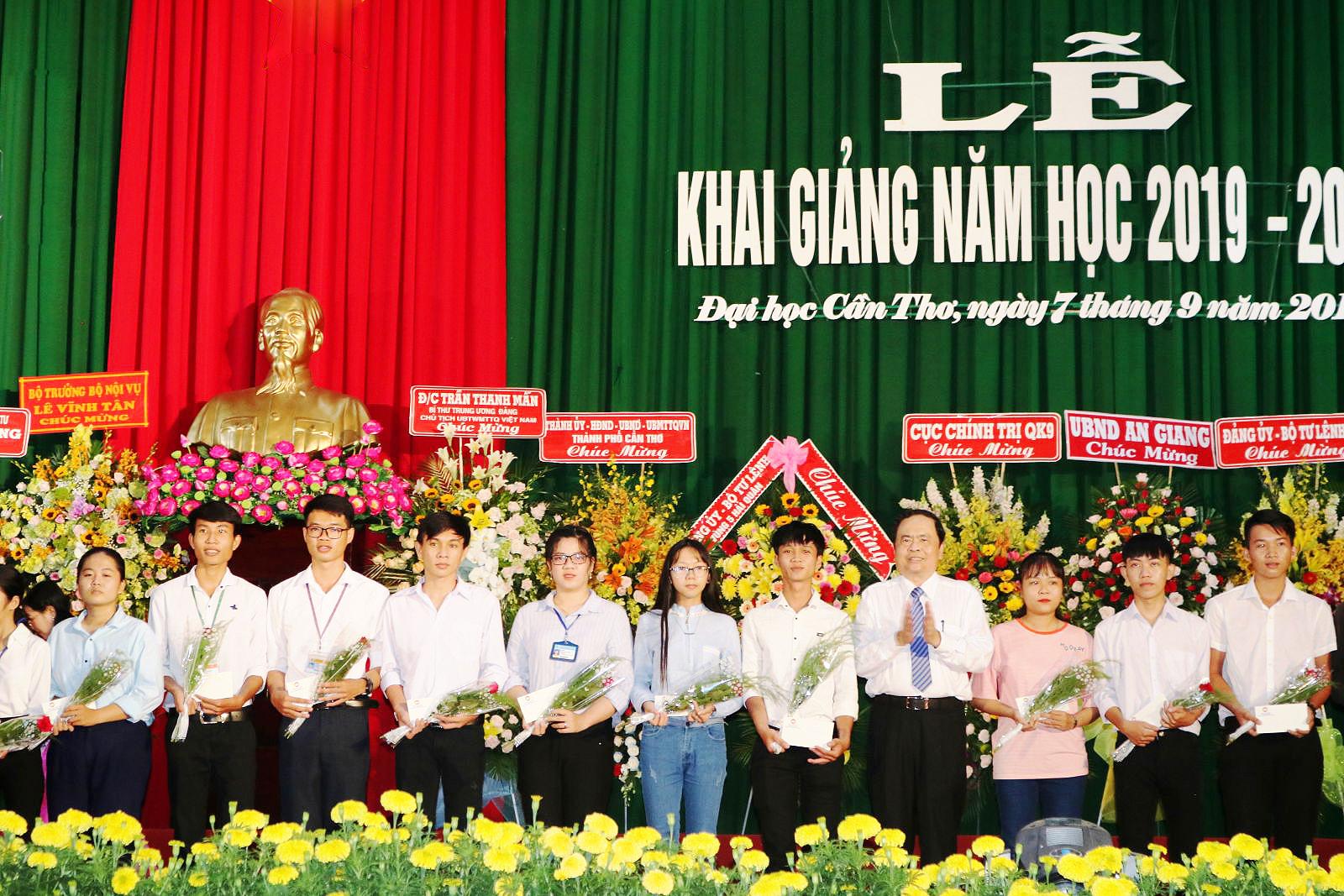 Đồng chí Trần Thanh Mẫn (thứ 4 từ phải qua), Bí thư Ban chấp hành Trung ương Đảng, Chủ tịch Ủy ban MTTQ Việt Nam tặng 20 suất học bổng (3 triệu đồng) cho sinh viên Trường Đại học Cần Thơ. Ảnh: B.Ngọc