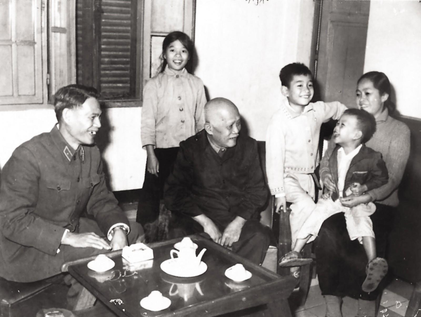 Gia đình Thiếu tướng Tô Ký đón Chủ tịch nước Tôn Đức Thắng đến thăm năm 1970 ở Hà Nội.