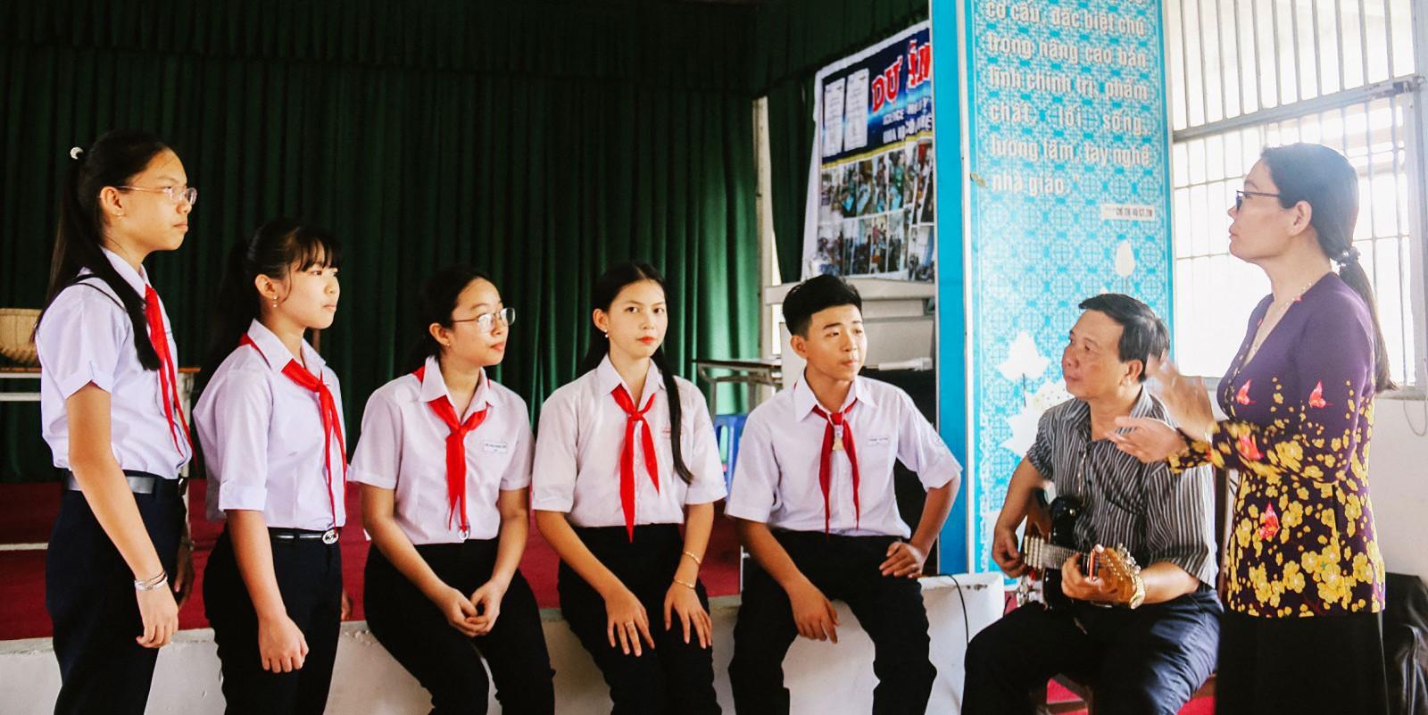 """NNƯT Kiều Nga và NNƯT Hoàng Lưỡng tập luyện cho các em học sinh trước khi ghi hình """"Tài tử miền sông nước""""."""