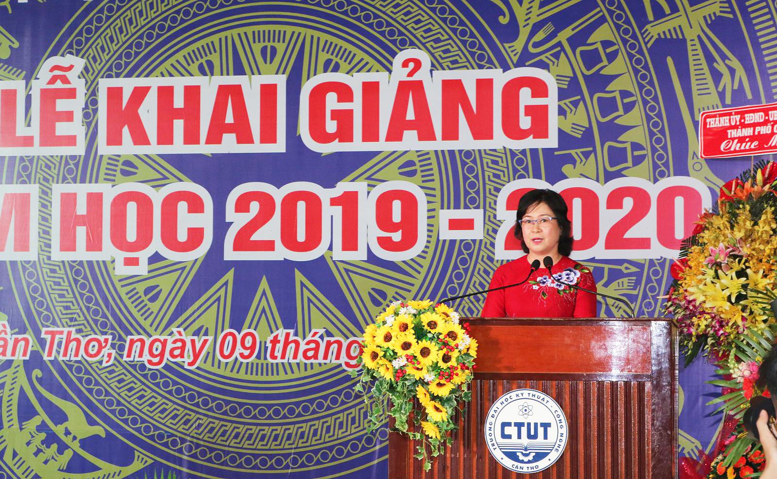 Phó Chủ tịch UBND thành phố Võ Thị Hồng Ánh đọc thư của Tổng Bí thư, Chủ tịch nước Nguyễn Phú Trọng gửi ngành giáo dục dịp này. Ảnh: B.NG