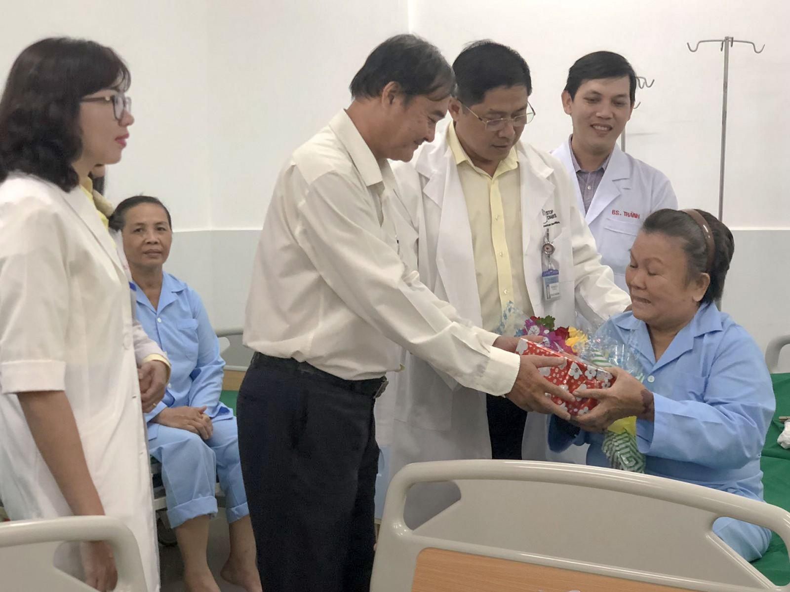 Cán bộ, nhân viên bệnh viện tặng hoa, quà chúc mừng bệnh nhân.