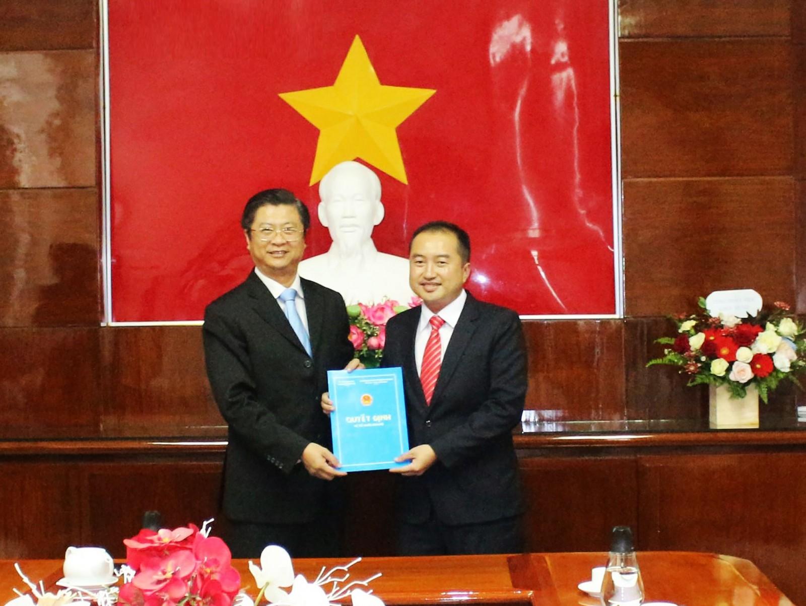 Ông Trương Quang Hoài Nam, Phó Chủ tịch UBND TP Cần Thơ (bên phải), trao quyết định bổ nhiệm chức vụ Viện trưởng Viện Kinh tế - Xã hội TP Cần Thơ cho ông Huỳnh Văn Tùng.