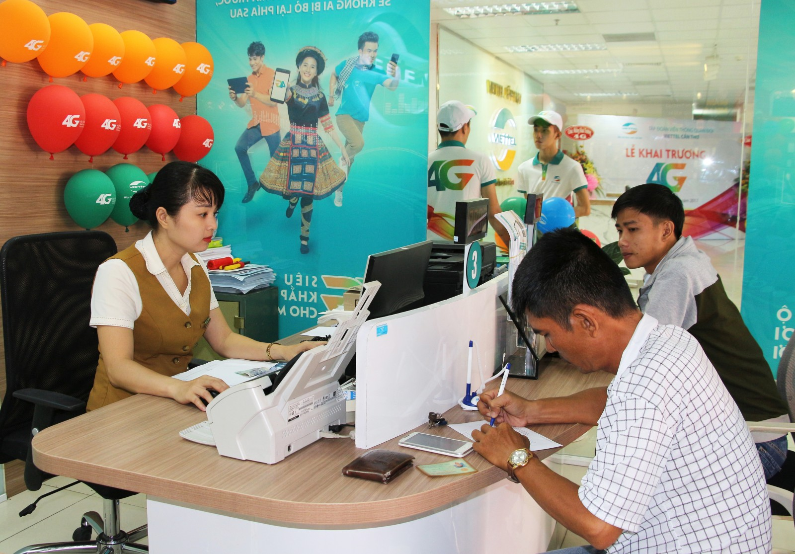 Khách hàng giao dịch tại Viettel Cần Thơ. Ảnh: Nam Hương