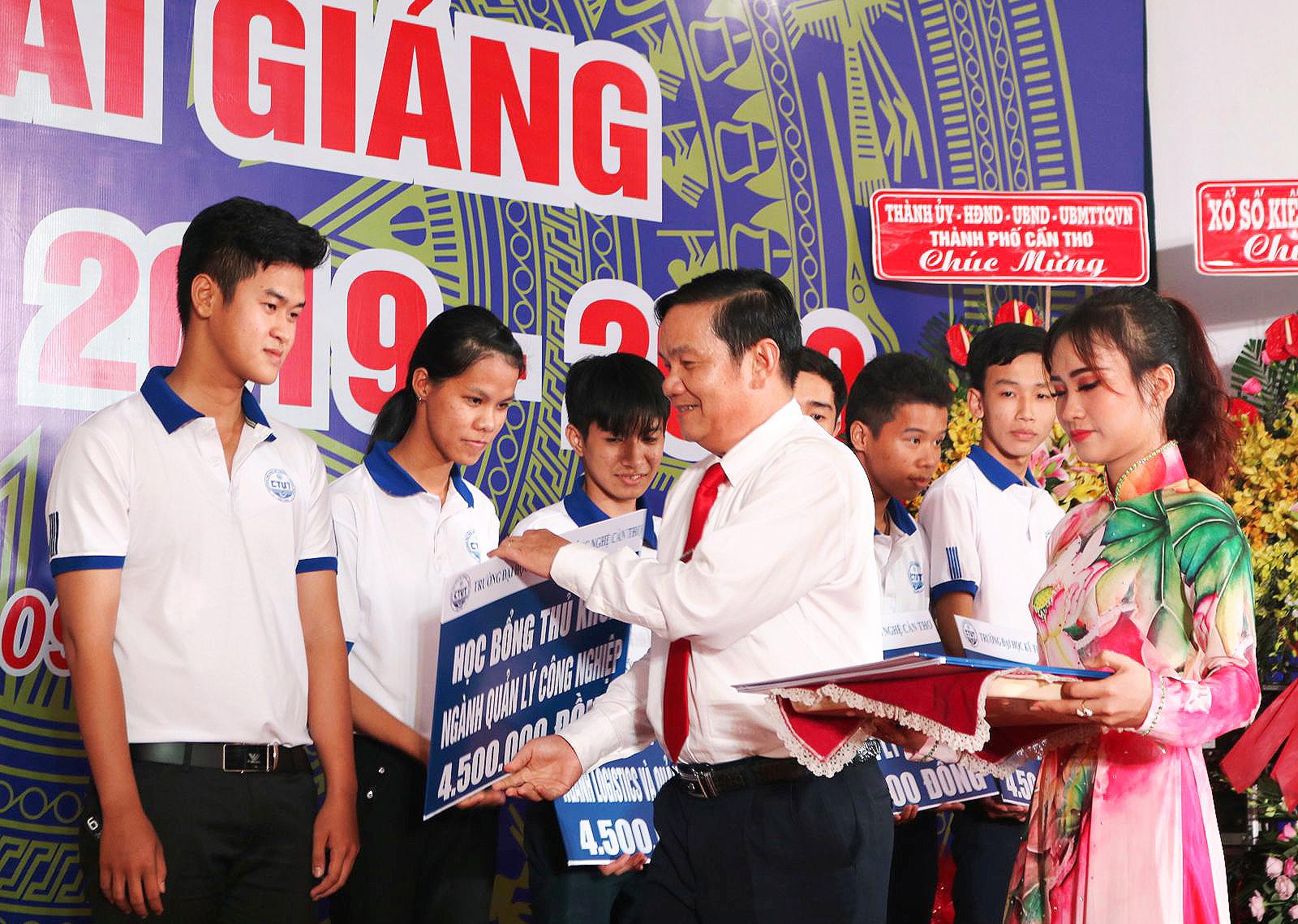 Ông Nguyễn Thành Đông, Phó Chủ tịch HĐND TP Cần Thơ, trao học bổng cho tân sinh viên là thủ khoa ngành vào trường. Ảnh: B.NG