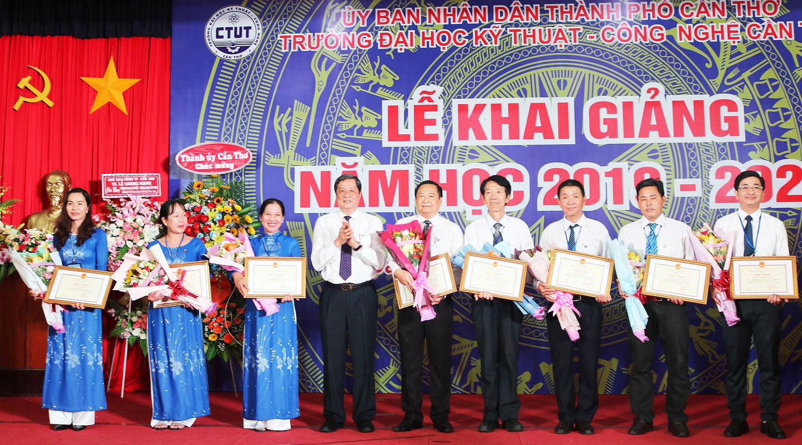 Ông Phạm Văn Hiểu (thứ 4, từ trái qua), Phó Bí thư Thường trực Thành ủy Cần Thơ, tặng Bằng khen của Chủ tịch UBND TP Cần Thơ cho tập thể, các cá nhân thuộc trường. ảnh: B.NG