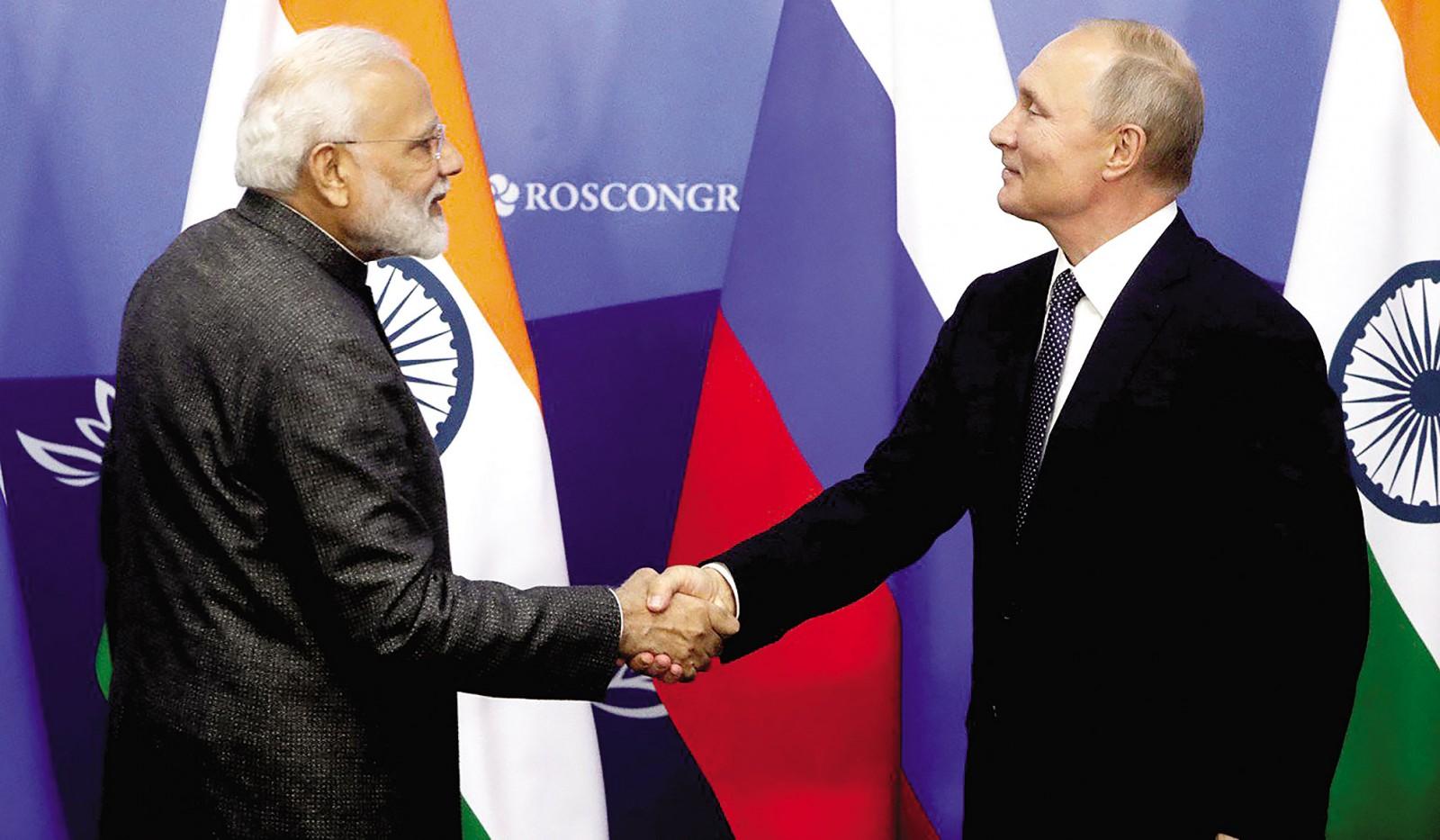 Tổng thống Nga Vladimir Putin (phải) và Thủ tướng Ấn Độ Modi tại Diễn đàn Kinh tế phương Đông. Ảnh: SCMP