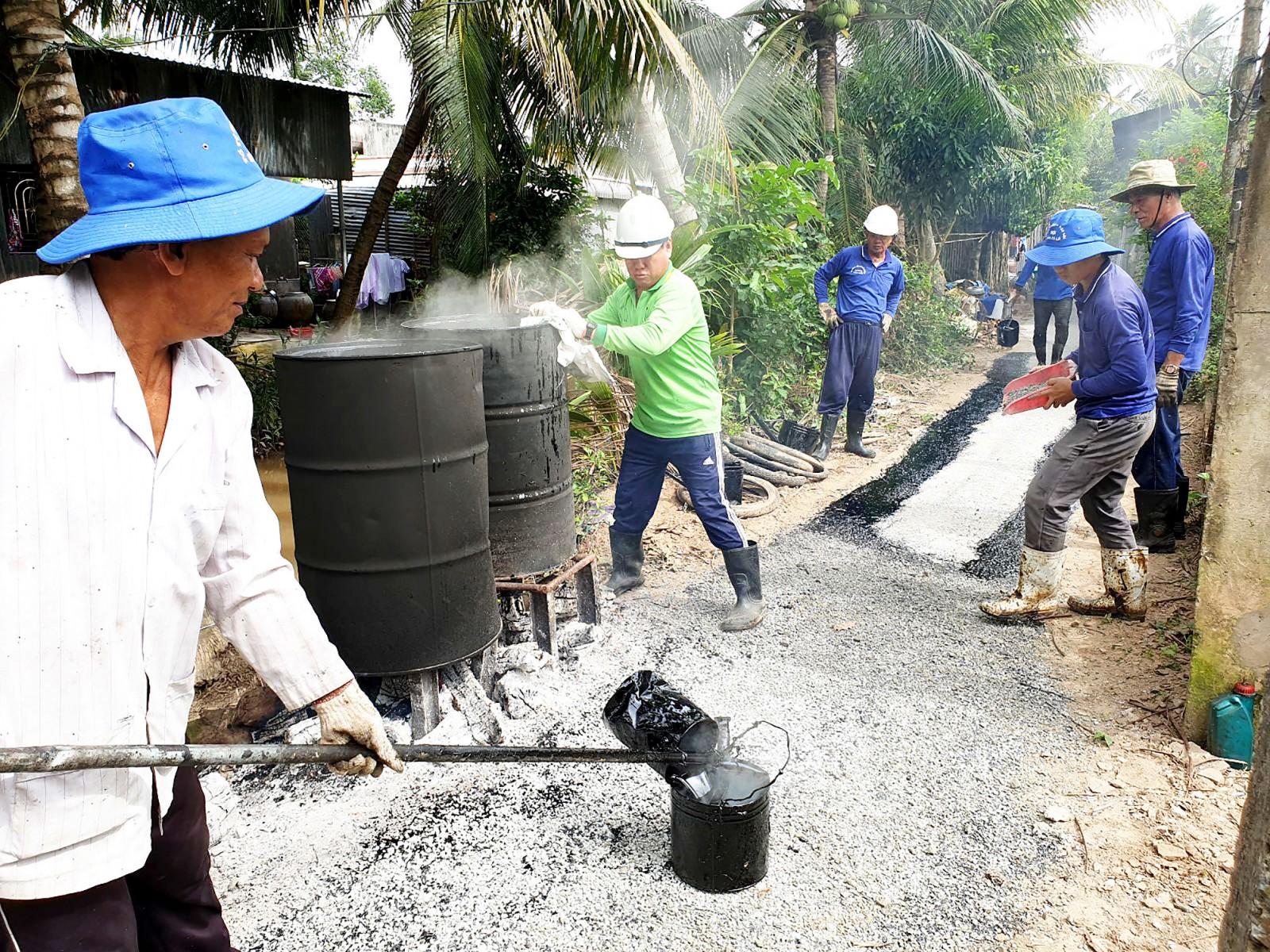 Công trình giặm vá tuyến đường Nhà Giảng được bà con tín đồ PGHH phường Tân Lộc, quận Thốt Nốt chung sức thực hiện.