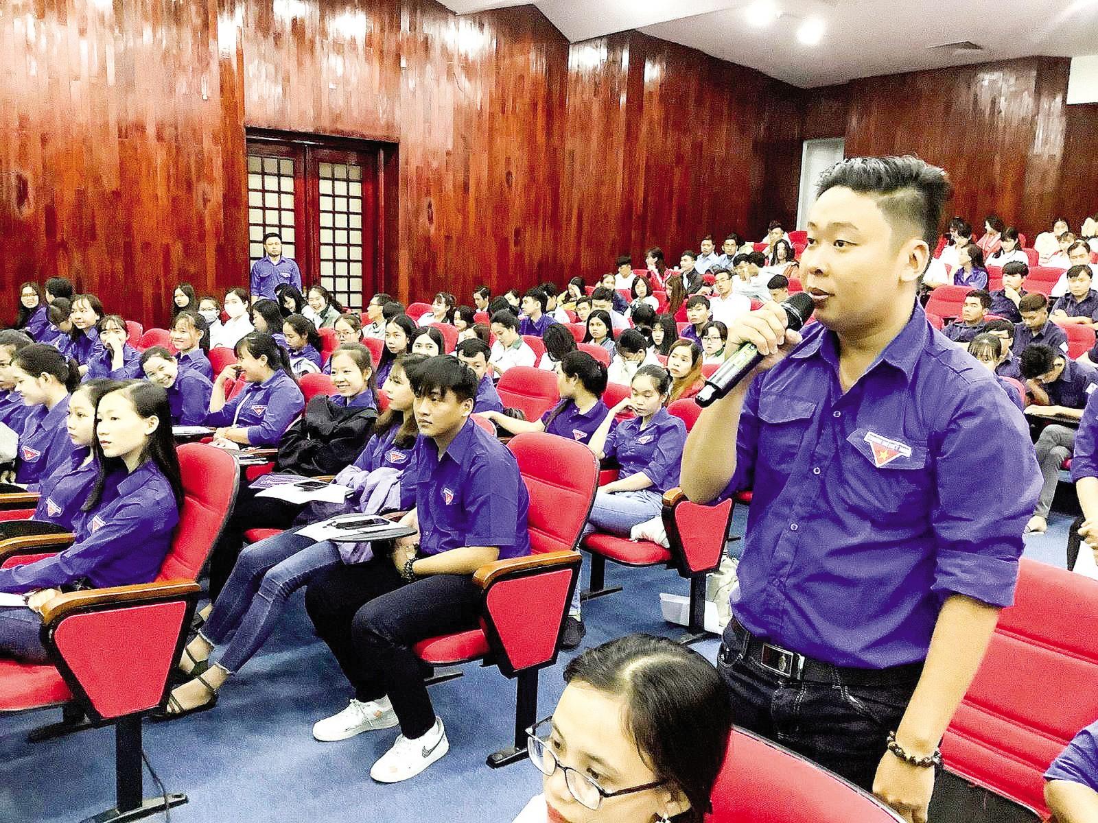 Anh Nguyễn Võ Hoàng Khang, ở phường Hưng Lợi, đặt câu hỏi tại chương trình gặp gỡ, đối thoại giữa lãnh đạo thành phố với thanh niên.