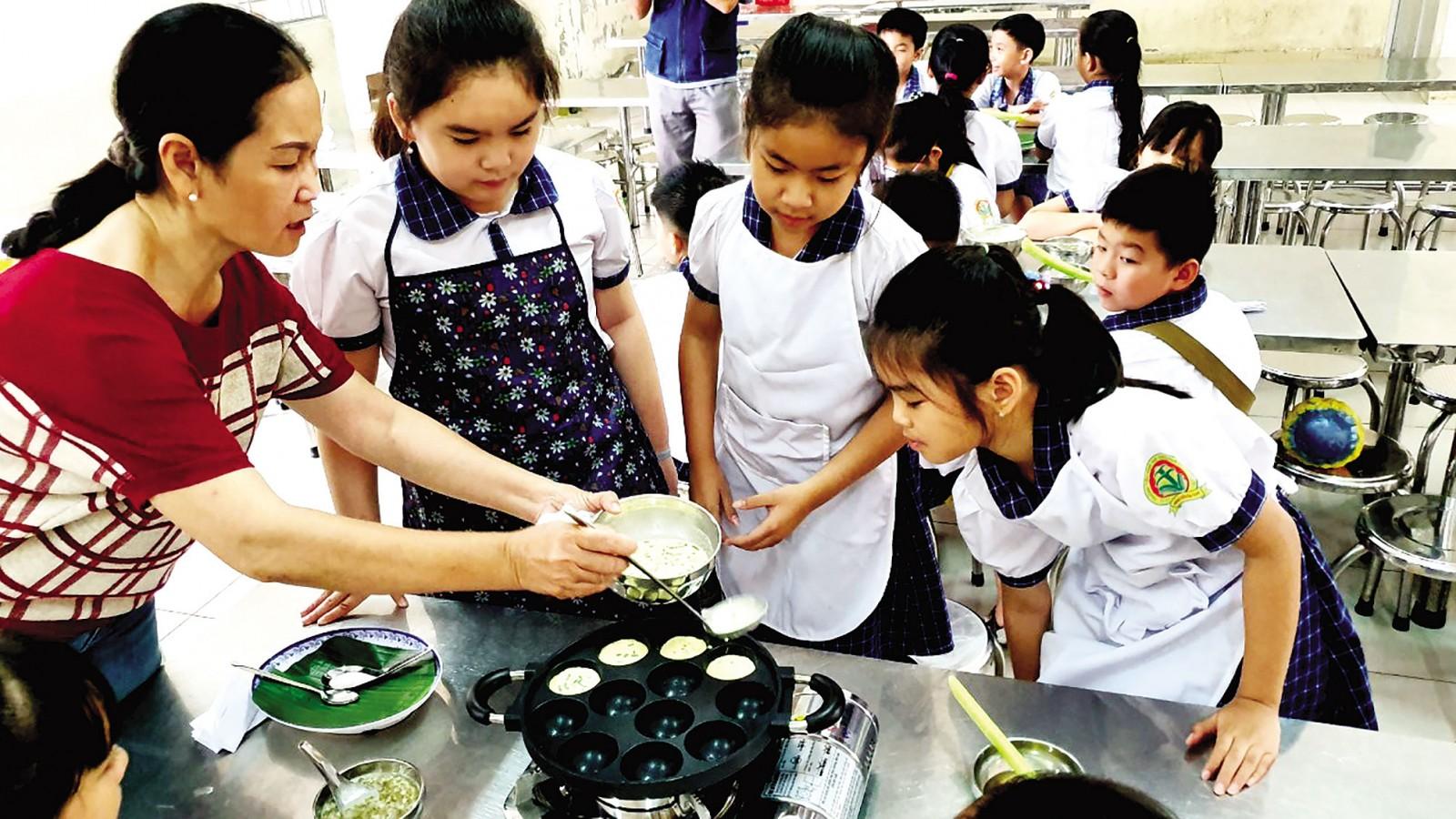 Cô trò Trường Tiểu học Võ Trường Toản làm bánh khọt.