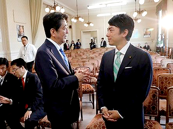 Thủ tướng Abe (trái) và tân Bộ trưởng Môi trường Shinjiro Koizumi.