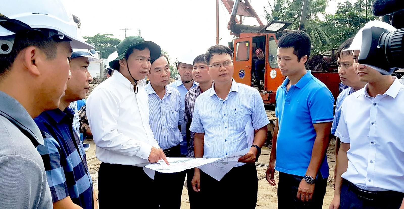 Chủ tịch UBND thành phố Lê Quang Mạnh kiểm tra tại công trình xây dựng cầu Vàm Nhon, nằm trên tuyến đường tỉnh 922, địa phận Thới Lai.