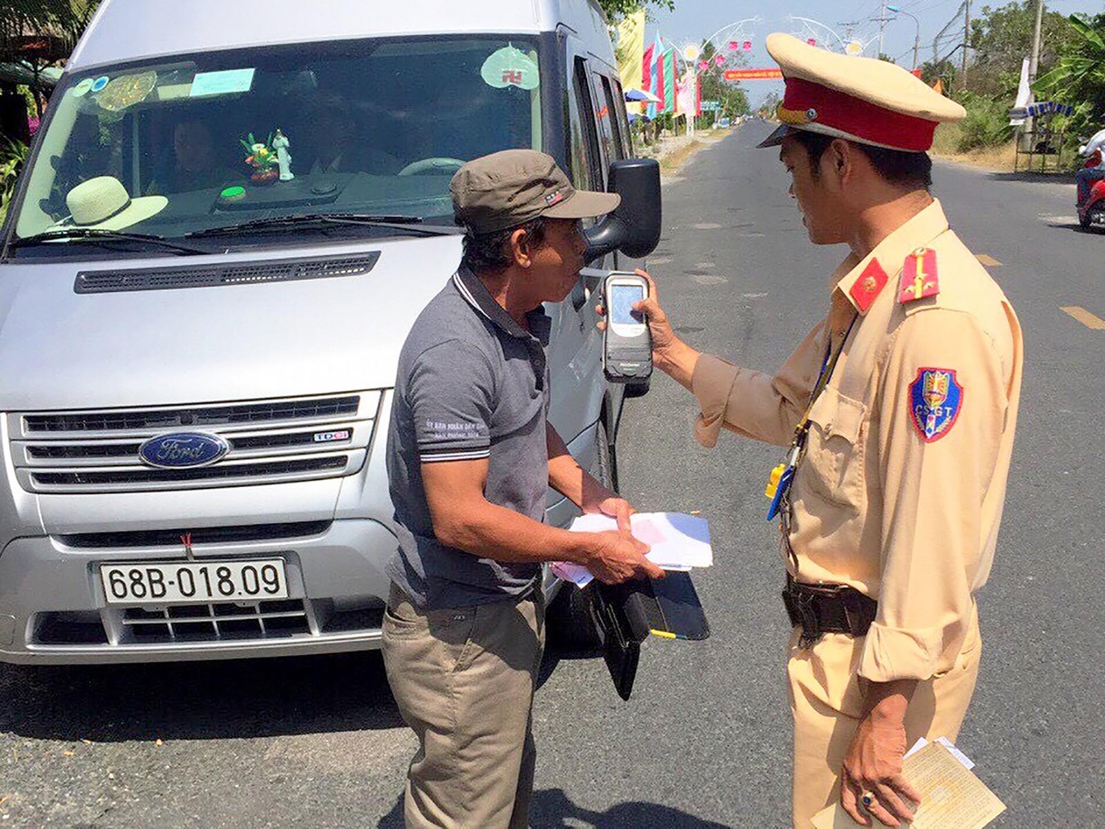 Cảnh sát giao thông Công an huyện Vĩnh Thạnh kiểm tra quy định về nồng độ cồn đối với người điều khiển xe ô tô chở khách trên quốc lộ 80.